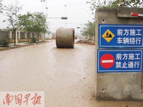 过了新二中门口不远处,高坡岭路仍没有打通。图片来源:南国早报