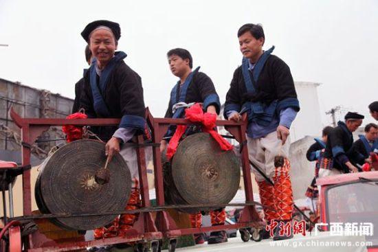 图为开幕式民俗展演及巡游现场。中新社记者黄艳梅 摄