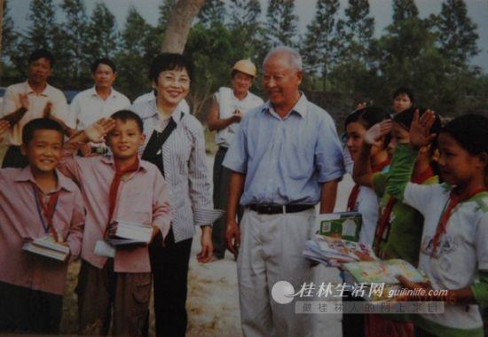 援建的教学楼落成,李蔚强代表马保之给孩子们送去图书。(记者翻拍)