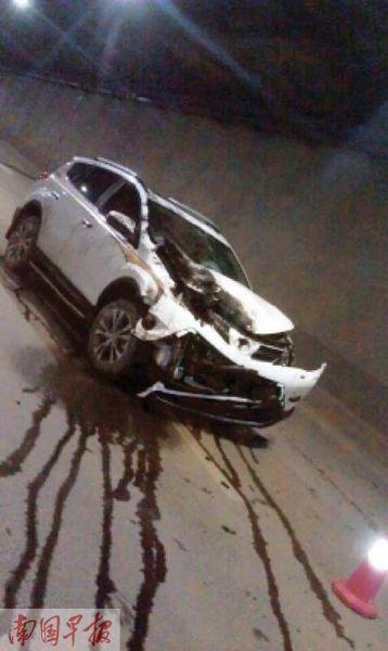 肇事车的水箱都撞破了。图片来源:南国早报