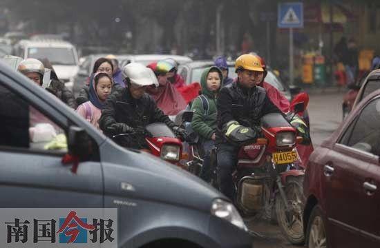 昨日早上8时,柳邕一小、二小的学生还在赶往学校的路上。记者卿要林摄