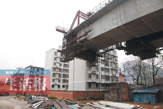 """这3栋未拆迁的楼房,让云桂高铁在此""""断头""""。"""