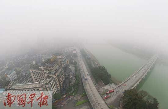3月17日下午,大雾笼罩南宁市江北大道。记者 唐辉吉摄