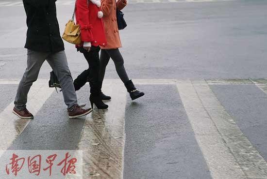 雨天路滑,市民要注意安全。 南国早报记者 唐辉吉摄