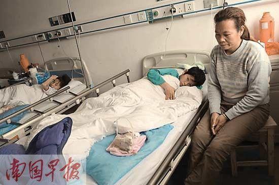两名同学本该在同一教室,如今却呆在同一间病房。 记者 许海鸥摄