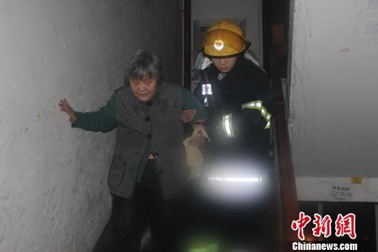 图为柳州市城中消防中队官兵紧急疏散居民。 罗毅强 摄