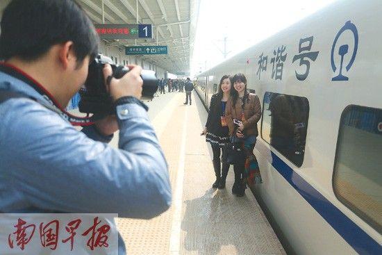 动车给梧州人带来更多便利。图为梧州籍的体验者在梧州南站拍照留念。记者 徐冰 摄
