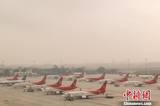 图为南宁机场停放的备降飞机。詹喜才 摄