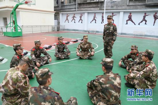 图为官兵们利用训练间隙学习唐蔚宣先进事迹。