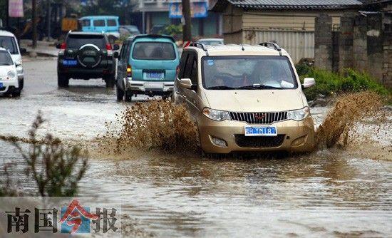 柳邕路通往南环路的惟一通道经常积水。记者卿要林摄