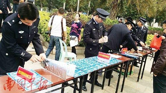 警方缴获的车牌以及作案工具。