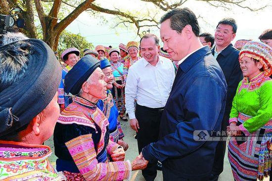 3月19日下午,彭清华来到隆林含山村大树脚屯,与当地干部和少数民族群众共话推进民族团结进步事业。记者 刘宇 摄