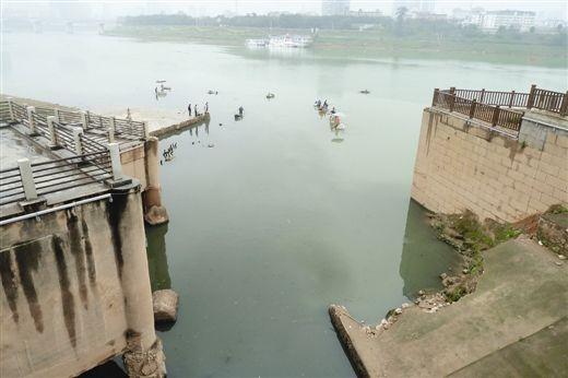 3月18日上午11时30分,仍有朝阳溪污水经大坑口流入邕江。