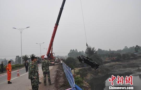 图为大型机械将事故轿车吊上岸。黄祥军 摄