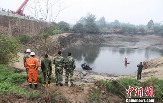 图为消防员在事发水塘展开救援。黄祥军 摄