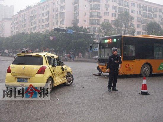 小汽车右侧受撞后严重变形。记者 梁卫 摄