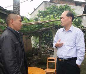 图为2012年孔祥鹏在新圩镇调研的照片。(图片来源:梧州市人民政府网)