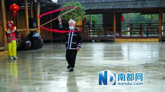 广西巴马长寿岛上快乐的百岁老人。南都记者 伍世然 摄