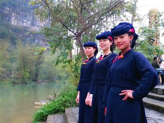 侬垌节上壮族阿妹们在明仕河边对歌
