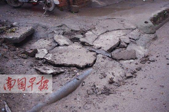 事发地点,污水道上的水泥板已经开裂。记者 李俭芹 摄