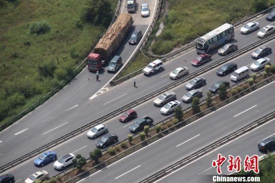 图为警用直升机拍摄的南宁周边高速路车流状况 南宁市公安局 供图