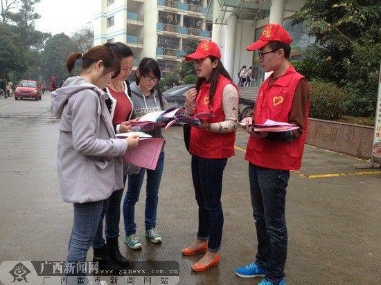 志愿者在给同学们宣传《惩戒规定》的相关条例。广西新闻网记者 罗莎 摄