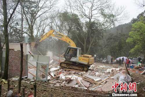 图为广西柳州三门江森林公园山顶处违章建筑拆除现场。 邓湖广 摄