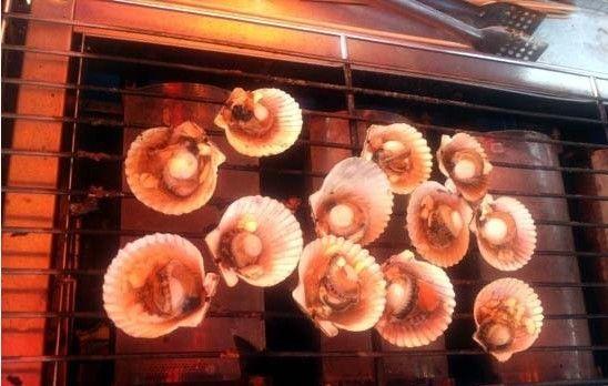 涠洲岛上烤扇贝
