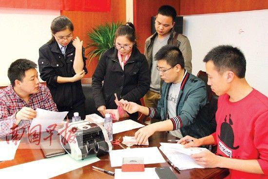 3月26日下午,劳动者拿到被拖欠的工资。 记者 邓晓衡 摄