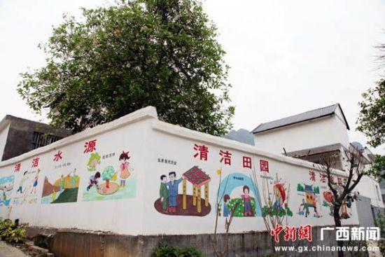 3月26日,游客在广西百色市田阳县那满镇露美村参观