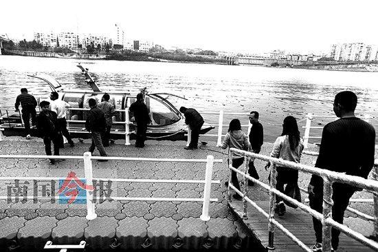 浮在江岸上的水上公交站台很平稳,乘客上下船很方便。记者 卿要林 摄