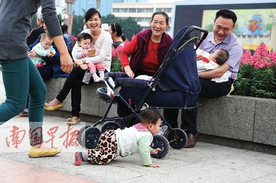 昨日,南宁市气温回升,太阳出来喜洋洋,不少市民带着孩子到民族广场游玩。记者 唐辉吉 摄
