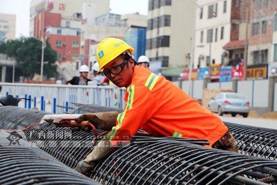 施工工人在施工现场忙碌。广西新闻网记者 杨郑宝摄