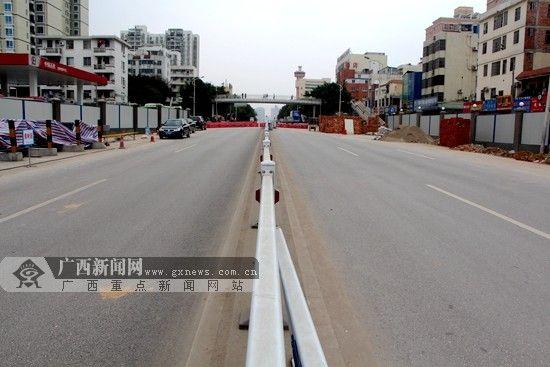 3月28日起,南宁地铁2号线白沙大道站将开始围挡封闭施工,封闭时间为2014年3月28日至2016年8月30日,时长29个月。广西新闻网记者 杨郑宝摄