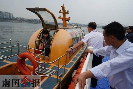 乘客上下水上公交要等船彻底靠稳才行。记者 卿要林 摄