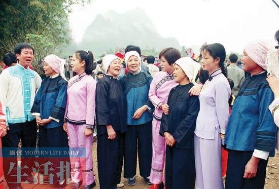 靖西县旧州传统民间对歌情景。