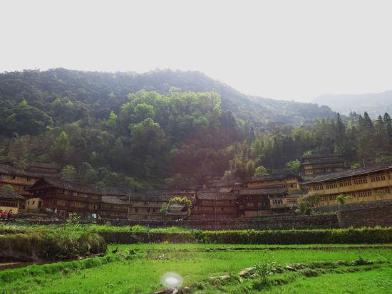 龙胜瑶寨安详的躺在青山环绕中