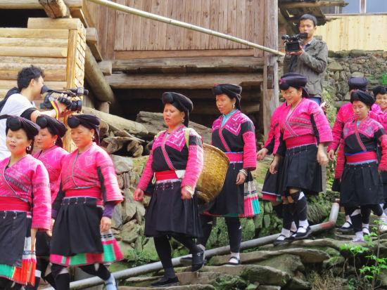 红瑶妇女行走在山寨间,依旧保持着瑶族最淳朴的生活习性