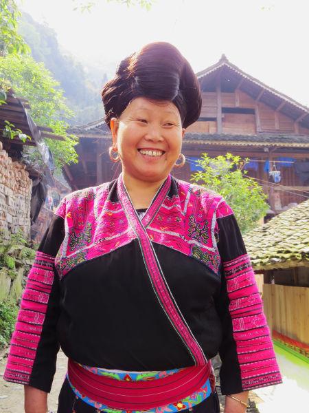 一头乌黑亮丽的长发,是红瑶妇女生活中最重要的呵护