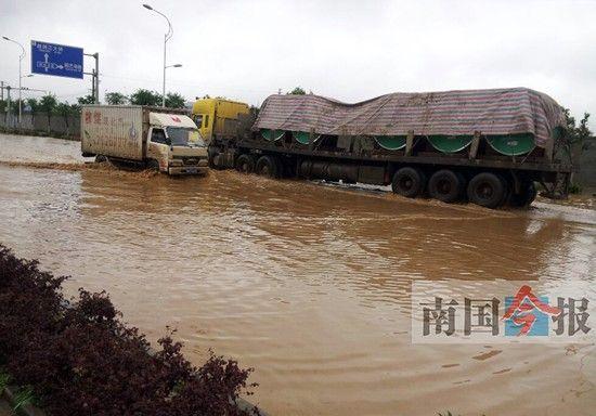 30日凌晨的一场暴雨,导致柳州市思源路上积水无法排出,严重影响汽车通过。图片来源:南国今报
