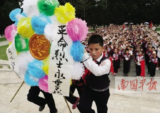 """南宁400名少先队员举行""""祭英烈学榜样""""清明节主题队会活动。记者 唐辉吉 摄"""