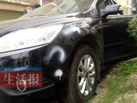 李女士的车被喷上了白漆。