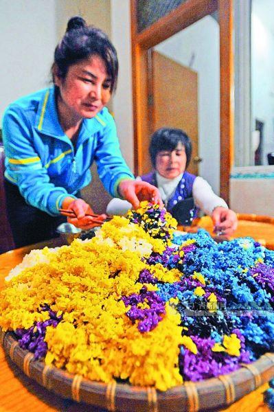4月1日,五色居民一户美食周边v居民靖西糯米饭正在县城万里学院图片