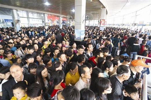 4月2日,南宁市安吉客运站里挤满了人。