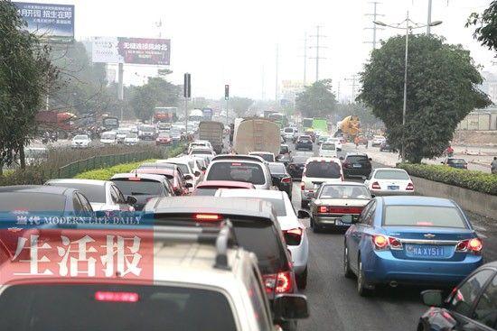 去往二塘高速公路口的车辆和去七塘扫墓的车辆在昆仑大道附近拥堵的情景。记者 周军 摄