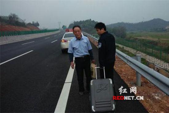 民警将老人带离高速