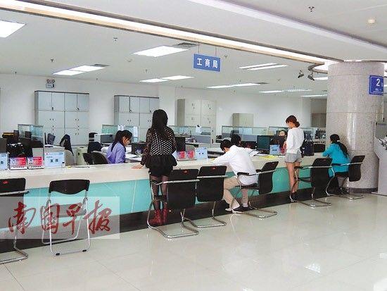 4月4日上午,在自治区政务服务中心内,工作人员正在给市民办理业务。记者 王春楠 摄