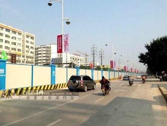 南宁地铁2号线的围挡工作已经完成,即将开始封闭式施工。广西新闻网记者 杨郑宝 摄