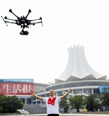 """4日,""""体操王子""""李宁在南宁体操世锦赛宣传片拍摄中。"""