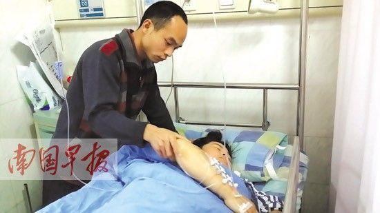 杨福达在照顾手术后的妻子。 记者 王世杰 摄